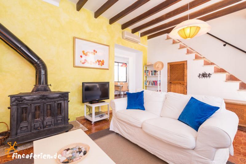 mallorquines ferienhaus mit pool und klimaanlage ortsrand campanet fincaferien. Black Bedroom Furniture Sets. Home Design Ideas