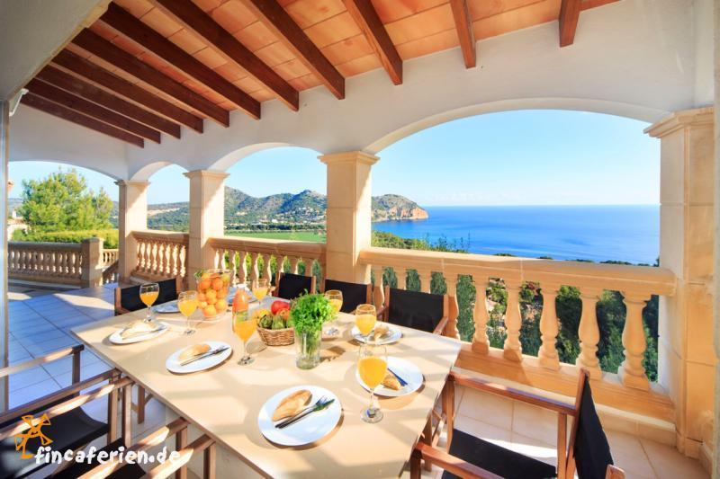villa mallorca ferien am meer ferienvilla mit pool und. Black Bedroom Furniture Sets. Home Design Ideas