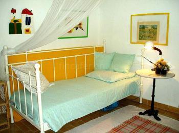 Schlafzimmer mit Doppelbett und Kinderbett