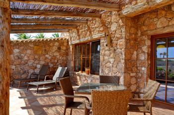 Private Terrasse mit Sonnenliegen, Essplatz