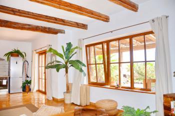 Wohnbereich und Ausgang zur Terrasse