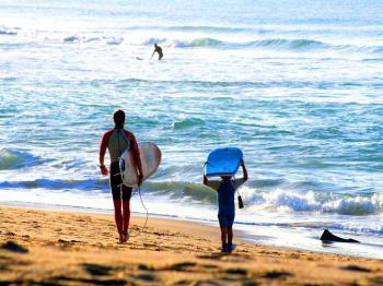 Wunderbare Sandstrände zum Surfen