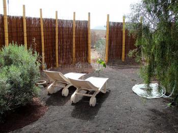 Geschützter Garten mit Sonnenliegen