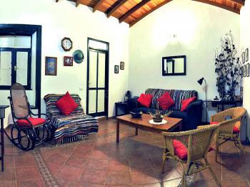 Wohnzimmer mit Schlafsofa und Sat-TV