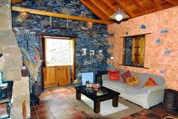 Wohnzimmer mit Kamin und Sat-TV