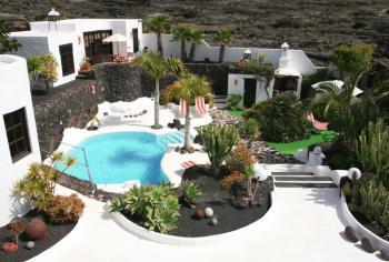 Villa mit Poollandschaft