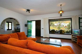 Gemütliches Wohnzimmer mit SAT-TV