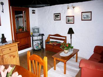 Wohnzimmer mit Essplatz und Schlafcouch