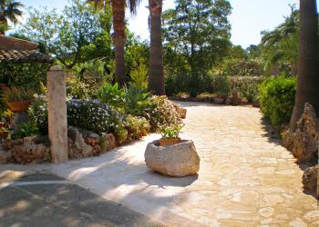 Weg am Eingangsbereich in den Garten