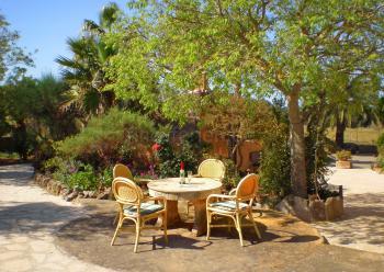 Garten mit Terrassenflächen