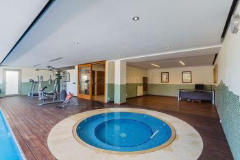 Indoor-Pool und Whirlpool
