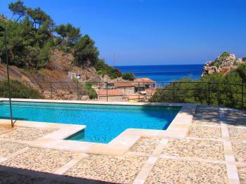 Pool mit Blick zur Cala Deia