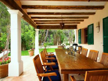 Esstisch für 8 Personen auf überdachter Terrasse