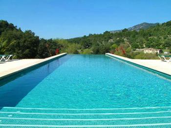 Pool und Sonnenterrassen