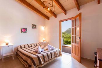 Schlafzimmer mit französischem Bett und Balkon