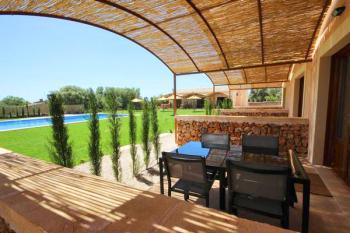 Schattige, private Terrasse mit Essplatz