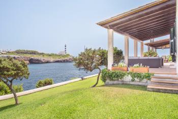 Ferienhaus mit Pool und direktem Meerzugang