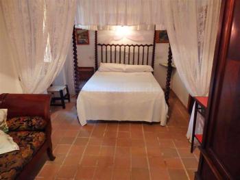 Schlafzimmer mit mallorquinem Mobiliar