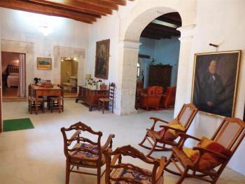 Eingangs- und Wohnbereich antik möbliert