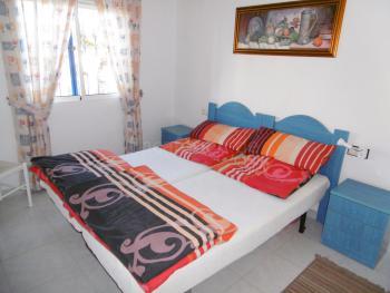 Großes Schlafzimmer mit Klimaanlage
