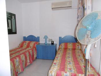 Kleines Schlafzimmer mit Klimaanlage