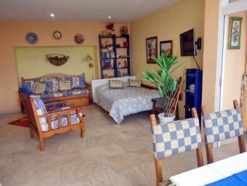 Wohnbereich mit Doppelbett und Sat-TV