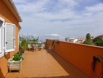 Große Terrasse mit Meerblick und Essplatz
