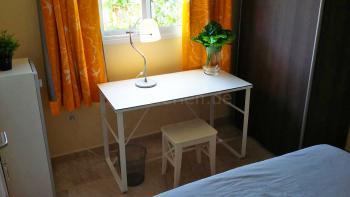und Schreibtisch