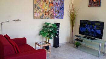 Sofa, Sat-TV und Stereoanlage