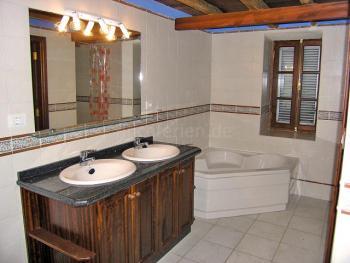 Badezimmer mit Eckwanne
