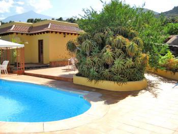 Terrasse und beheizbarer Pool